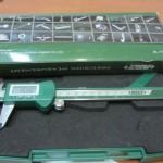 קליבר דיגיטלי למדידת קטרים חיצוניים ופנימיים של אביזרים וצינורות.