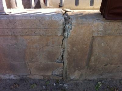 סדק הנובע משקיעת יסודות בקיר חיצוני