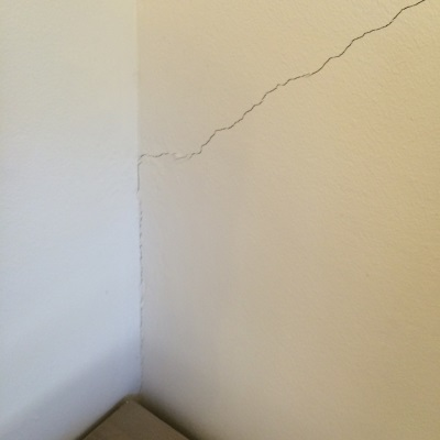 סדקים אלכסוניים על קיר פנימי שנגרמים משקיעת יסודות