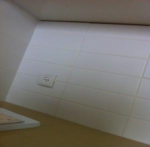 אין גימור ראוי בין ארון המטבח העליון והקרמיקה על הקיר